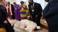 بالفيديو/ البابا فرنسيس يقبل أقدام زعماء جنوب السودان المنقسمين في الفاتيكان لتعزيز السلام