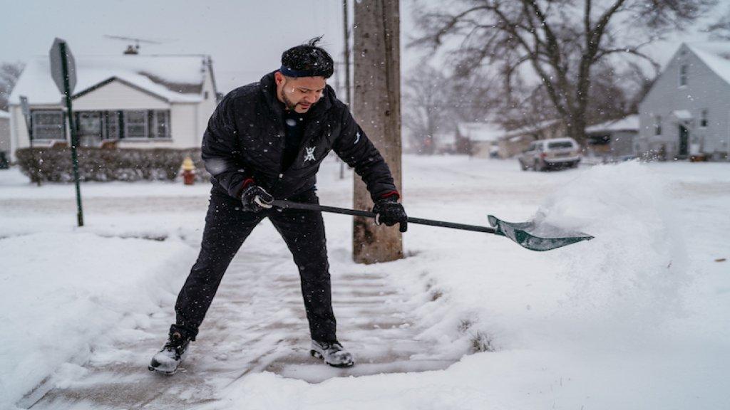 توقعات «الفلاحين» لشتاء ميشيغان القادم: سيكون أشدّ برودة وأغزر ثلوجاً من المعتاد.. وبحجز عطلة بعيدة في مكان دافئ خلال كانون الثاني وينصح بإخراج السترات والمعاطف الشتوية مبكراً