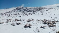 بالصور/ الثلوج كَسَت مُحيط القرنة السوداء وإمتزجت مع ثلوج العام الماضي