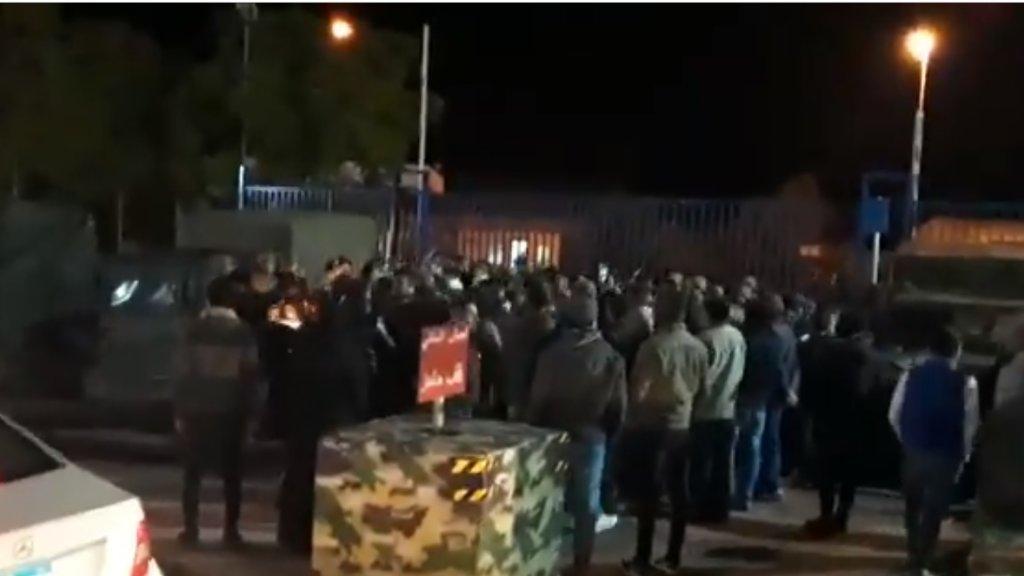 الجيش يوضح ما حدث أمس أثناء فتح الطرقات: توقيف 4 أشخاص لإقدامهم على إثارة الشغب وإصابة 18 عسكري وتحطيم زجاج 3 آليات وأجهزة الاتصال