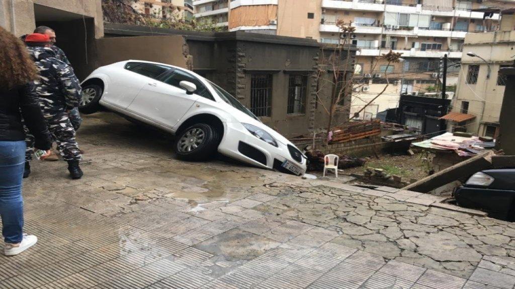 بالصور/ انهيار حائط مبنى في الاشرفية- الجعتاوي