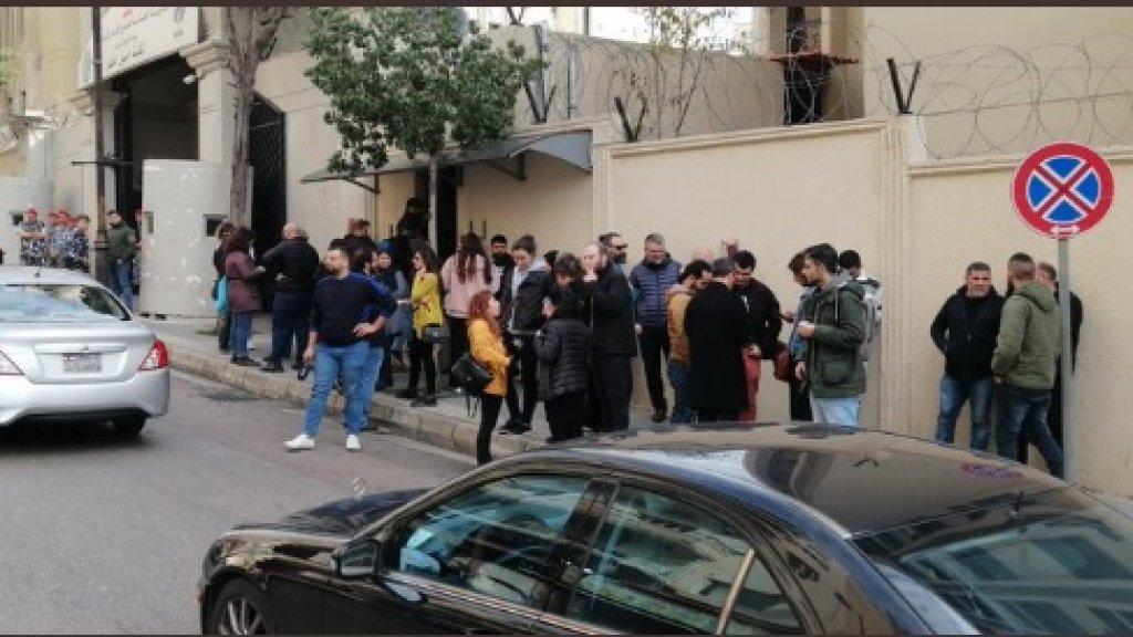 أهالي الموقوفين الـ51 الذين أوقفوا ليلة الأمس أمام ثكنة الحلو يطالبون بالإفراج عن أبنائهم!