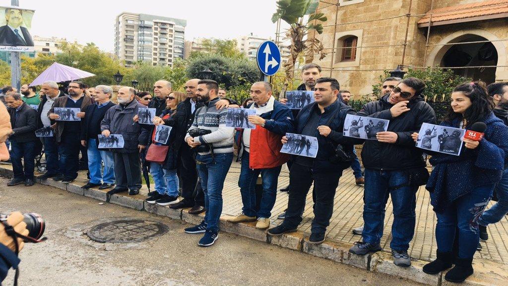 بالفيديو/ وقفة أمام وزارة الداخلية إحتجاجاً على ما تعرض له الصحافيون
