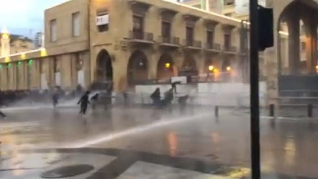 بالفيديو/ هكذا يبدو المشهد في وسط بيروت حيث ان القوى الامنية ترش المياه باتجاه المتظاهرين الذين يرمون الحجارة على العناصر عند أحد مداخل مجلس النواب