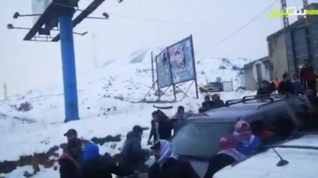 بالفيديو/ من جديد.. قطاع الطرق يعتدون على عناصر الجيش اللبناني ويقومون بتكسير السيارات والفانات واطلاق الشتائم الطائفية في محلة ضهر البيدر