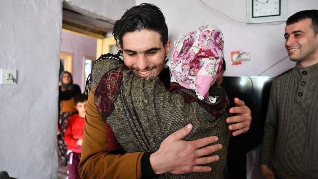 """بالصور/ لقاء مؤثر يجمع """"البطل"""" السوري محمود بالتركية التي أنقذها من تحت الأنقاض عقب الزلزال"""