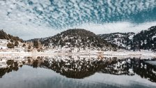 لقطات ساحرة تظهر إنعكاس السحب على البحيرة في  القموعة - عكار