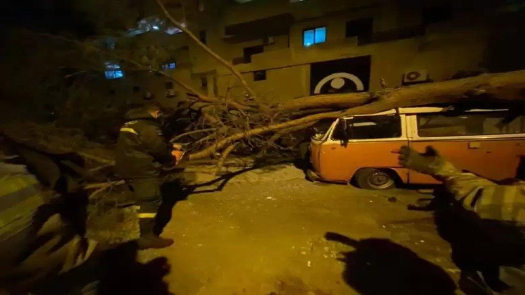 بالصور والفيديو/ من آثار الليلة العاصفة التي شهدها لبنان...رياح هوجاء أطاحت بالعديد من الأشجار وحطمت واجهات زجاجية ولافتات إعلانية