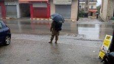 """""""الحرص ما بيلغي الانسانية""""..عسكري يقف تحت المطر ولا أحد يقف له ليوصله مع انه يأخذ احتياطاته الوقائية: """"منوقف كل يوم عشر ساعات كرمال البلد، اليوم ما حدا بيوقفلنا""""!"""