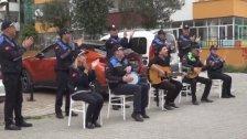 بالفيديو/ بهدف رفع المعنويات...الشرطة البلدية في تركيا تغني وتعزف الموسيقى والمواطنين يتفاعلون من الشرفات!