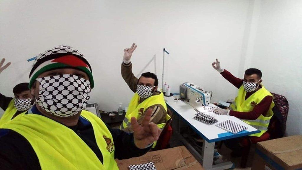 """فلسطينيون يصنعون """"كمامات القدس"""" للوقاية من كورونا في مخيم برج البراجنة..تم إعداد 50 ألف كمامة خلال أيام !"""
