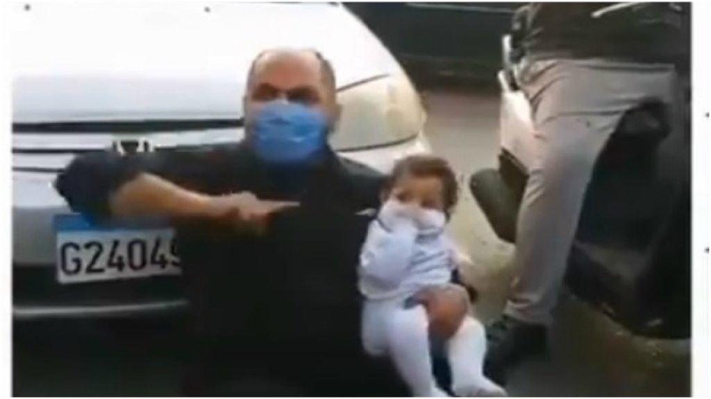 بالفيديو/ صرخة موجعة...رجل جلس في وسط الطريق في طرابلس حاملاً ابنه: بدي حليب لابني..بدي آكل أنا جوعان!