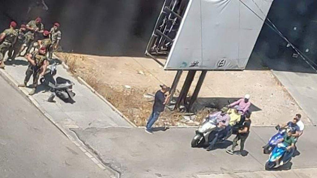 إنتشار للجيش اللبناني في محيط جسر الرينغ بعد تجمع لعدد من الشبان