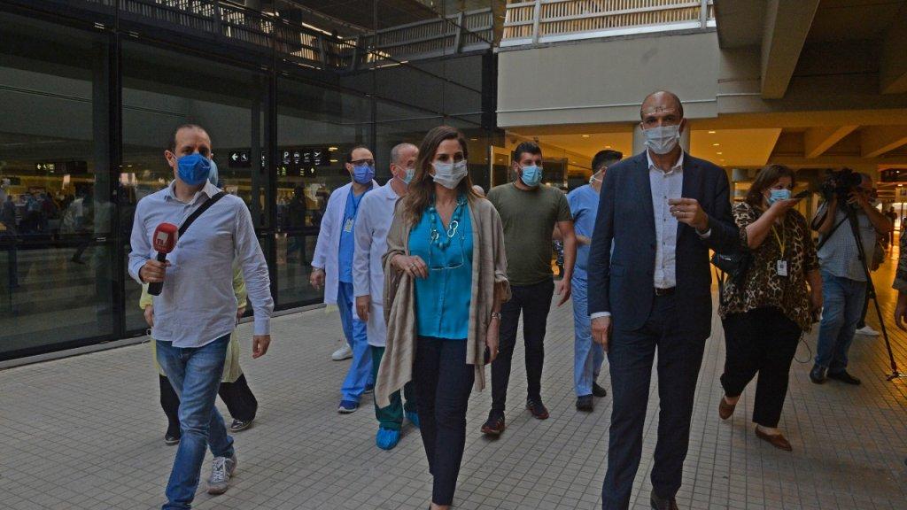 وزير الصحة متفقداً الإجراءات المتخدة في المطار برفقة وزيرة الإعلام: سعر فحص الـPCR سيكون 50 دولارا لكل المسافرين وسيكون مجانياً لمن هم دون الـ12 عاماً