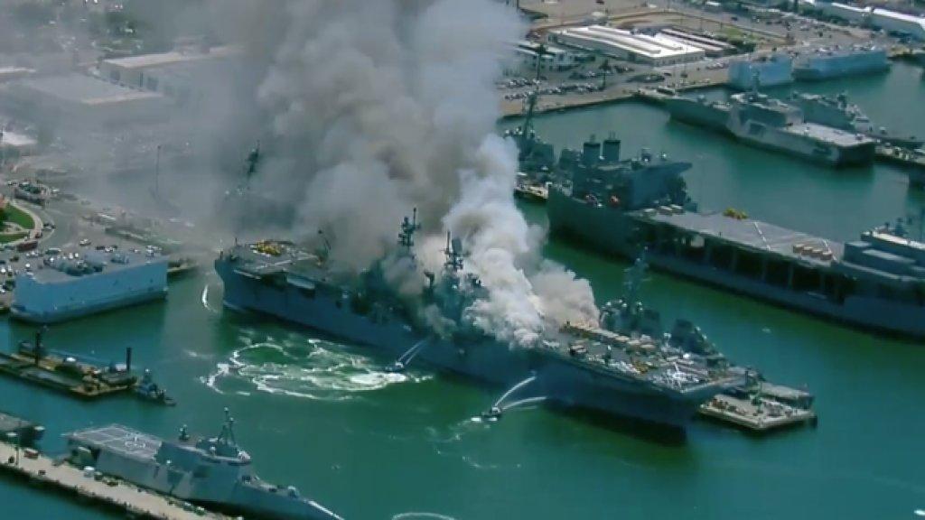 بالفيديو/ حريق كبير ببارجة اميركية في قاعدة عسكرية للبحرية الأمريكية في سان دييغو