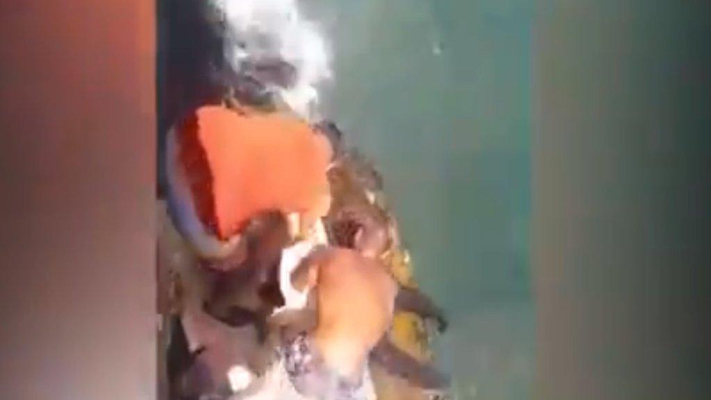 بالفيديو/ صيادون يسحبون إمرأة في منتصف العقد الرابع من العمر من البحر قبالة عين المريسة بعدما سقطت من حافة الكورنيش وغرقت ثم طفت على الماء...تبين أنها ما زالت على قيد الحياة!