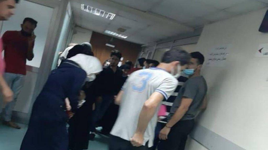 زحمة سوريين يودون مغادرة لبنان أمام مركز فحص PCR في مستشفى طرابلس الحكومي