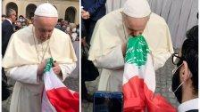 بالصور/ في لفتة مؤثرة... البابا فرنسيس حمل علم لبنان بين يديه وصلّى على نية لبنان وشعبه!