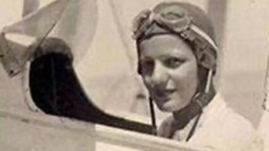 أول امرأة عربية تقود طائرة: كابتن طيار لطفية النادي