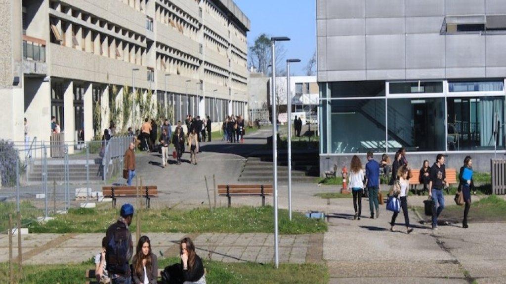 جامعة فرنسية تعفي الطلاب اللبنانيين الوافدين من رسوم التسجيل للعام الدراسي تضامناً مع انفجار مرفأ بيروت