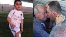 بالصور/ بعد وفاة نجله صدماً أمس في بزال العكارية... والد الطفل عبد الحميد أبى تقبل التعازي دون أن يكون والد الشاب الذي صدم نجله إلى جانبه