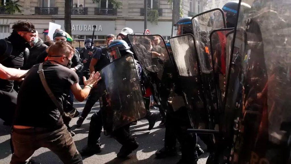 بالفيديو/ عودة السترات الصفراء إلى باريس والشرطة تطلق الغاز المسيل للدموع لتفريق المحتجين
