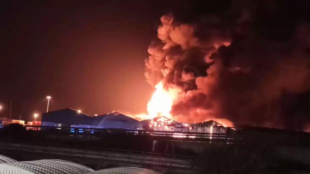 بالفيديو/ إندلاع حريق هائل في ميناء أنكونا الإيطالي.. أدى لتدمير مستودعات وشاحنات دون وقوع إصابات