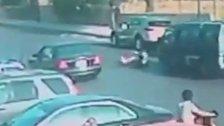 بالفيديو/ نجاة مواطن من الدهس تحت عجلات فان بأعجوبة... السائق ضغط على المكابح باللحظات الأخيرة!