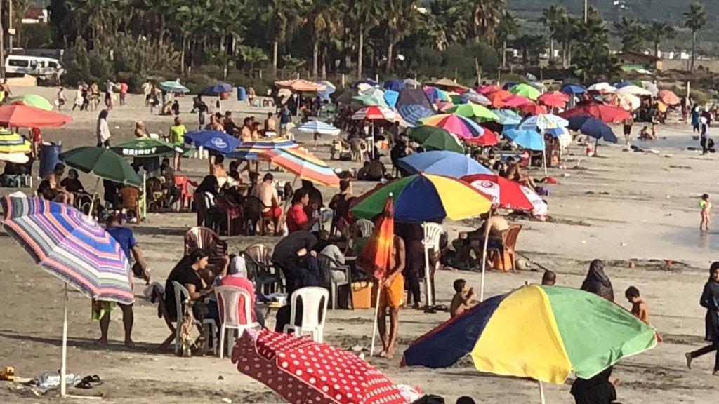 """شواطئ مدينة صور غصت بالمستجمين الذين تقاطروا من مناطق مختلفة.. """"لا كورونا ولا من يحزنون"""""""