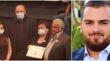 """في صورة مؤثرة...والد ووالدة الشهيد جو عقيقي يستلمان شهادة تخرّج إبنهما الذي قضى في تفجير مرفأ بيروت: """"اليوم جو تخرج""""!"""