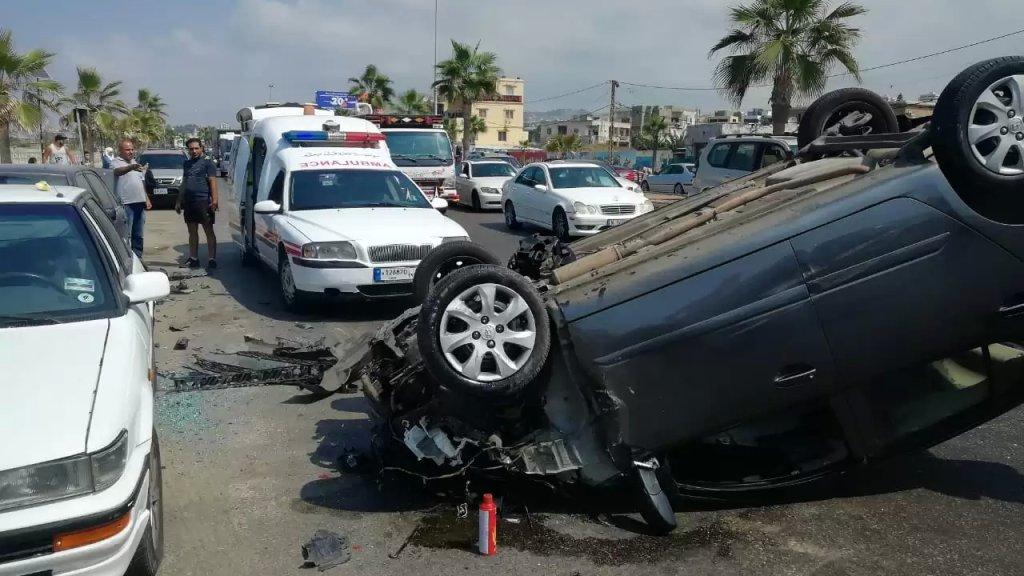 حادث سير مروع في صيدا.. سيارة اصطدمت بثلاث سيارات مركونة الى جانب الطريق قبل أن تنقلب!