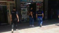 أمن الدولة توقف شخصين في شارع المصارف في صيدا وذلك بعد الإشتباه في مزاولتهما اعمال الصرافة بطريقة غير شرعية وضبط مبلغ من المال في حوزتهما