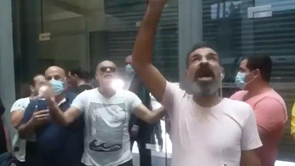 """بالفيديو/ مجموعة من المحتجين دخلت أحد المصارف في بيروت """"ما في مصاري؟ اعطونا أراضي فيهن لمصرياتنا""""!"""