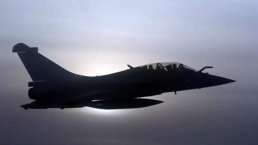 رويترز: الطائرة الحربية الفرنسية التي اخترقت جدار الصوت فوق باريس كانت في مهمة طارئة بعد فقدان طائرة مدنية اتصالها ببرج المراقبة