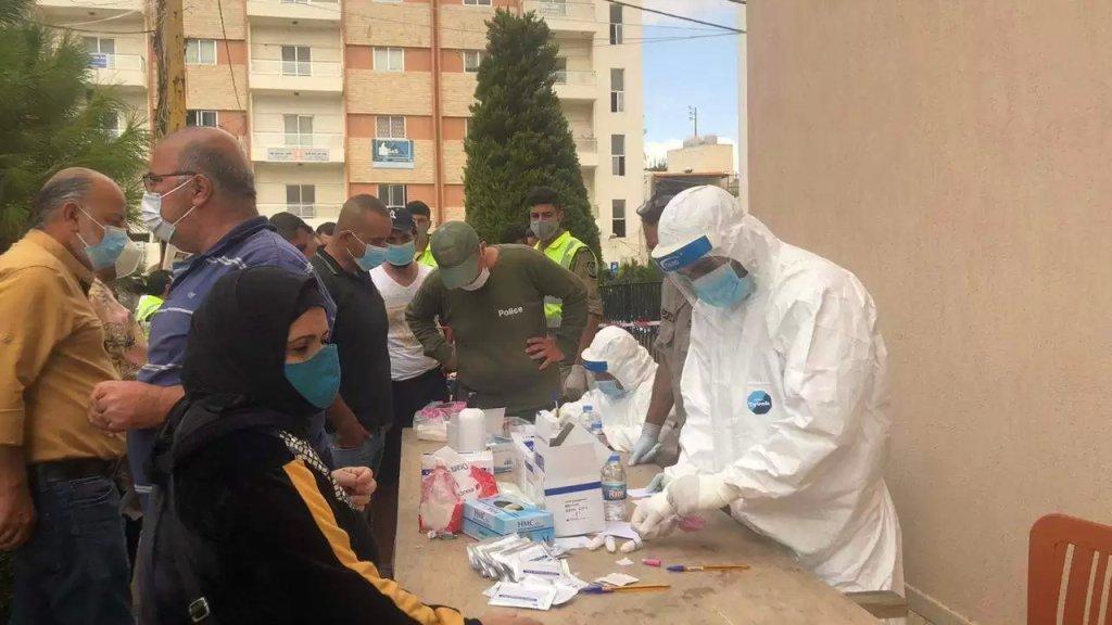 بالصور/ إجراء فحوصات كورونا من قبل بلدية بنت جبيل ووزارة الصحة والمستشفى الحكومي  أمام بلدية بنت جبيل