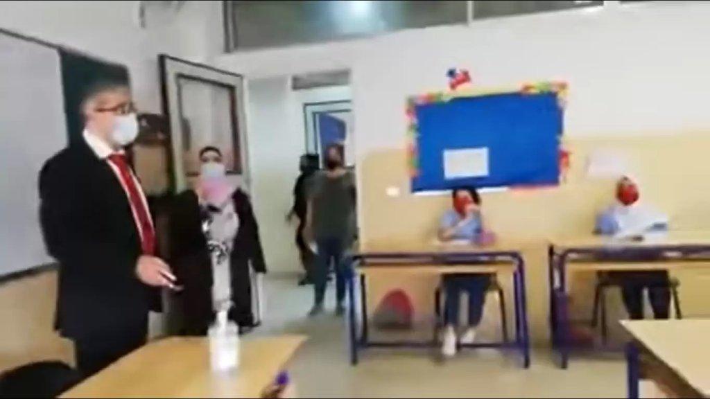 """بالفيديو/ المجذوب ممازحاً أحد الطلاب الذي أعرب عن اشتياقه للأساتذة: """"زائد خمس علامات"""""""