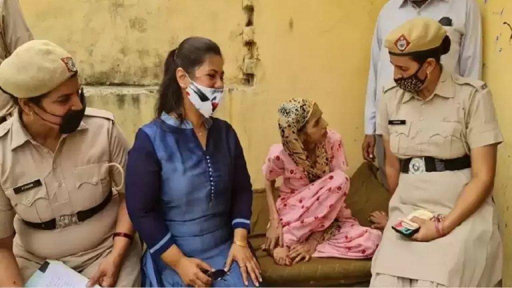 بالفيديو/ في حادثة غريبة في الهند...إنقاذ امرأة حبسها زوجها في مرحاض لمدة عام ونصف لاعتقاده بأنها مصابة بمرض عقلي!