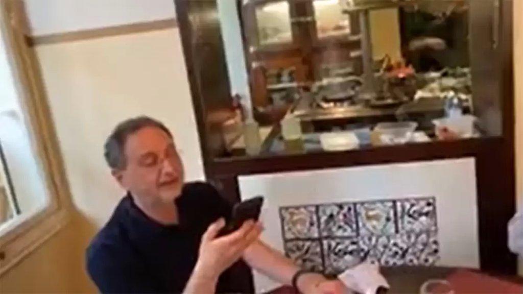 """بالفيديو/ محتجون يواجهون وزير الإقتصاد راؤول نعمه خلال تواجده في أحد المطاعم: """"بتعرف انو في 6 مليون لبناني تحت خط الفقر!"""""""