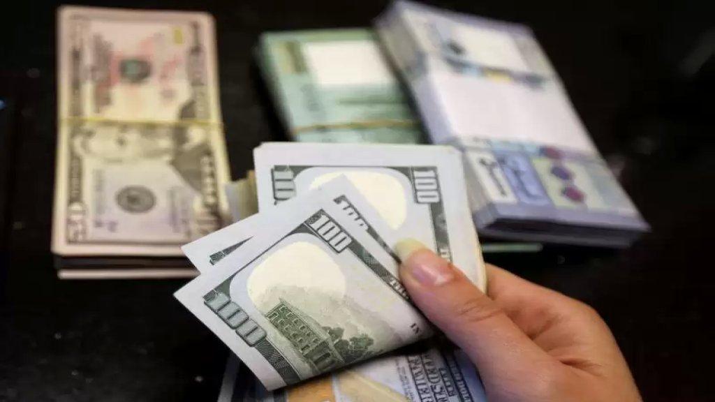 بعد انخفاض الدولار.. خبير اقتصادي يحذر المواطنين من بيع دولاراتهم: ستحميكم من «الشحشطة»!