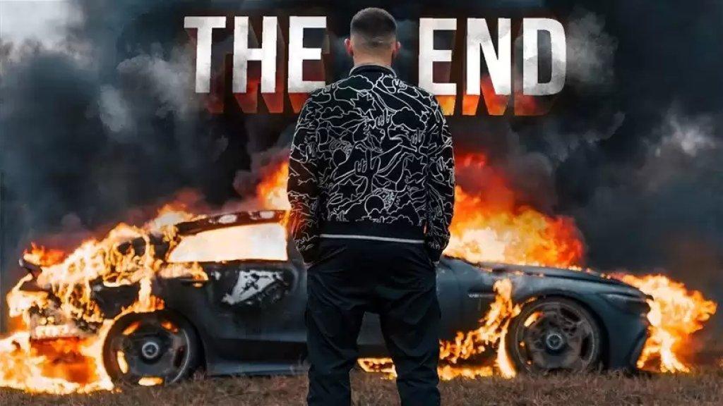 في فيديو غريب.. روسي يحرق سيارته المرسيدس بنز وثمنها 170 ألف دولار من أجل مشاهدات يوتيوب!