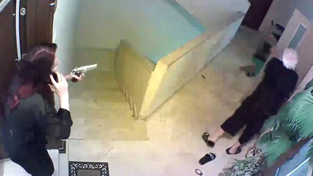 بالفيديو/ أمسكا باللص بشجاعة أثناء محاولته السرقة من سنتر التوم في محلة الضم والفرز في طرابلس، إلا انه تمكن من الفرار في آخر لحظة!
