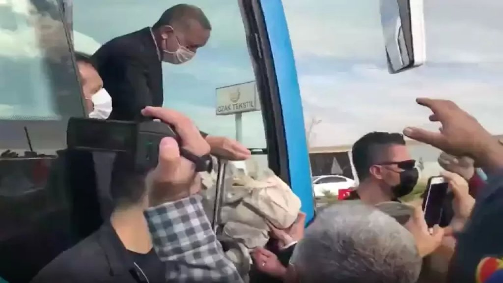 """بالفيديو/ اشتكى لاردوغان من البطالة وصعوبة توفير الخبز، فرد الرئيس التركي """"اشربوا الشاي...إنه لذيذ""""!"""