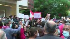 """بالفيديو/ متظاهرون أمام منزل القاضي صوان في الاشرفية رفضا للتأخير في تحقيقات انفجار المرفأ... """"ع شو ناطر يا قاضي"""""""