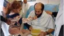 بالفيديو/ طفلة الأسير ماهر الأخرس تطعمه بيدها بعد 103 أيام من الصمود الأسطوري في إضرابه المفتوح عن الطعام