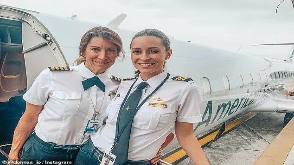 """بالصور/ لأول مرّة بـ""""تاريخ الطيران""""... أم وابنتها تقودان طائرة ركاب سوياً!"""