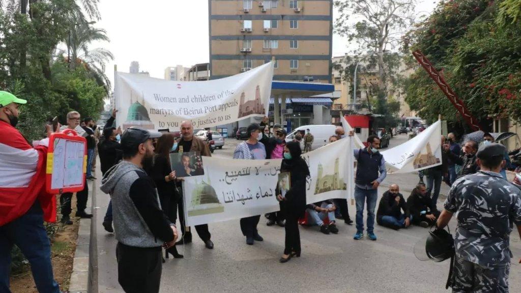 بالصورة/  أهالي شهداء انفجار مرفأ بيروت يقطعون الطريق أمام قصر العدل