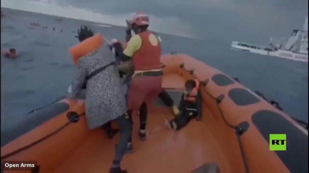 """بالفيديو/ مآسي الهجرة غير الشرعية.. امرأة تبكي وفاة رضيعها بعد غرق قارب كان يقلهما قبالة سواحل لامبيدوزا: """"لقد فقدت طفلي، لن أراه مرة أخرى"""""""