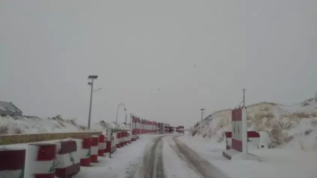 تراكم الثلوج على طريق عيناتا الأرز وانزلاق العديد من السيارات