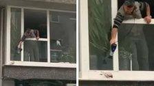 """بالفيديو/ مبادرة لطيفة لأحد الأشخاص في تركيا في الجو البارد والماطر.. رأى طائراً يرتجف من البرد خارج النافذة فقرر أن يدفئه بمجفف الشعر: """"لديه حياة أيضًا.. لهذا السبب فعلت ذلك"""""""