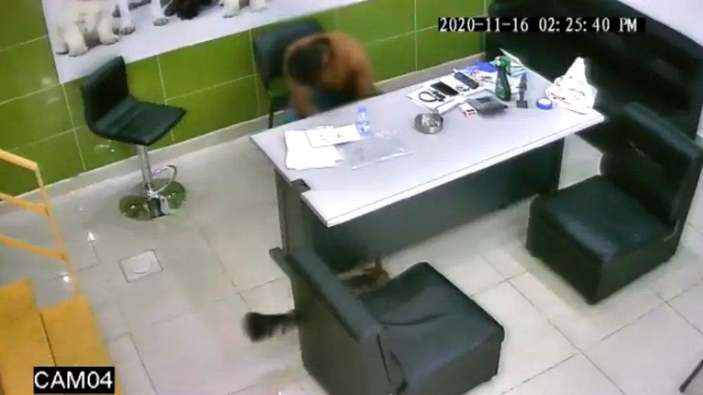 بعد 4 سنوات من عمله في محل في عين الرمانة، كاميرا المراقبة ترصده يسرق مبلغاً من المال ويلوذ بالفرار